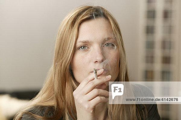 Blonde Frau raucht  Portrait