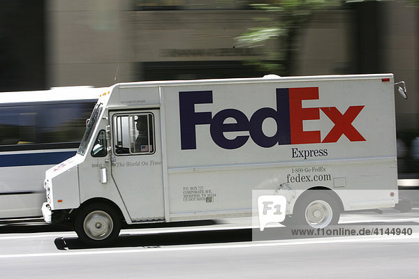 USA  Vereinigte Staaten von Amerika  New York City: FedEx Paketwagen auf der 5th Avenue im Stau.