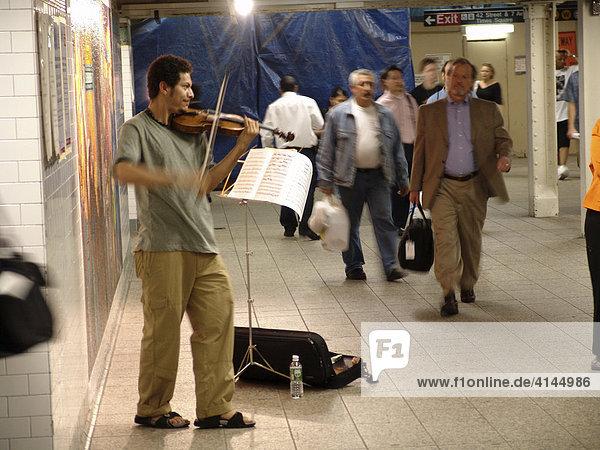USA  Vereinigte Staaten von Amerika  New York City: New Yorker Subway  U-Bahn. U-Bahn Station  Bahnhof Times Square  42nd Street.