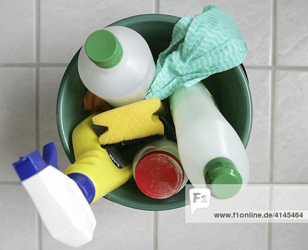 DEU,  Bundesrepublik Deutschland : Hausputz in einer Wohnung. Badezimmer putzen. Putzeimer mit Reinigungsmittel.