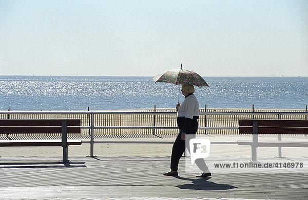 Fussgängerin mit Sonnenschirm  Coney Island  New York  USA.