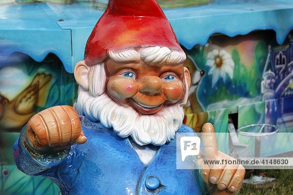 Große Gartenzwerg Figur an einem Fahrgeschäft  Rheinkirmes  Düsseldorf  NRW
