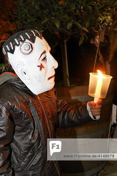 Kleiner Junge mit Frankenstein Maske hält Kerze  Halloween Event für Kinder  Theatermuseum Düsseldorf  NRW  Deutschland