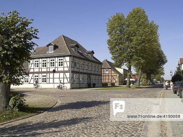 Strasse am See in Zarrentin  Mecklenburg-Vorpommern  Deutschland
