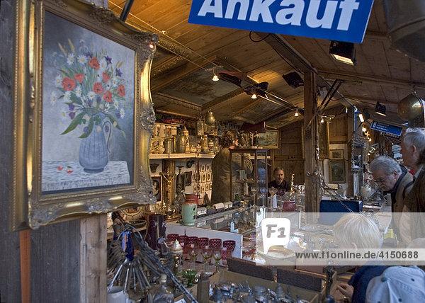 Antiquitätenstand auf dem Jahrmarkt Auerdult in München