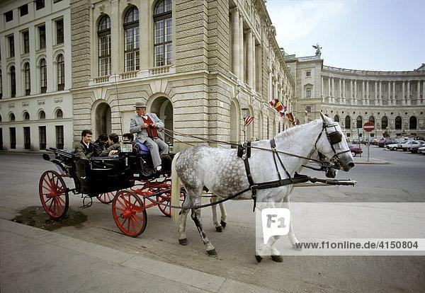 Neue Hofburg mit Pferdekutschen  Heldenplatz  Wien  Österreich