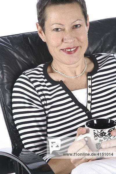 Frau mit Tasse Tee