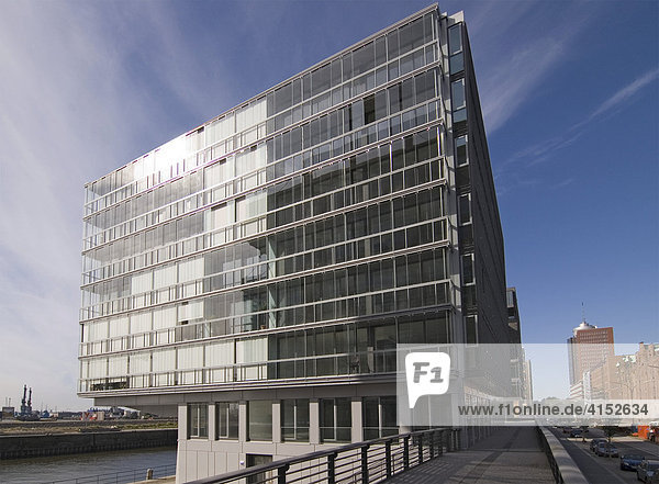 Modernes Bürogebäude am Sandtorhafen in der Hamburger Speicherstadt