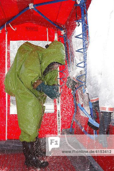 Gefahrgutübung der Feuerwehr  Dekontaminationzelt  Overath  Nordrhein-Westfalen  Deutschland