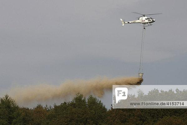 Mit einem Hubschrauber wird der Wald gekalkt Die Bodenschutz- bzw. Waldkalkung ist die wichtigste Schutzmaßnahme  um die weitere Versauerung von Böden zumindest zeitweise zu stoppen bzw. zu verlangsamen.