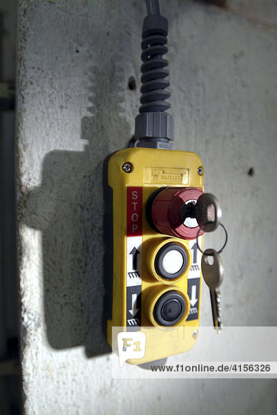 Gelbes Schaltgehaeuse mit steckendem Schluessel für rotes Stop