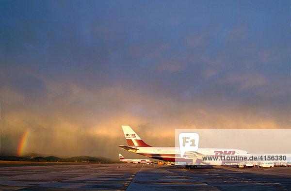Flugzeug von DHL vor Gewitterfront