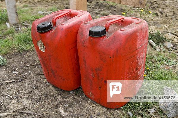 Rote Benzinkanister
