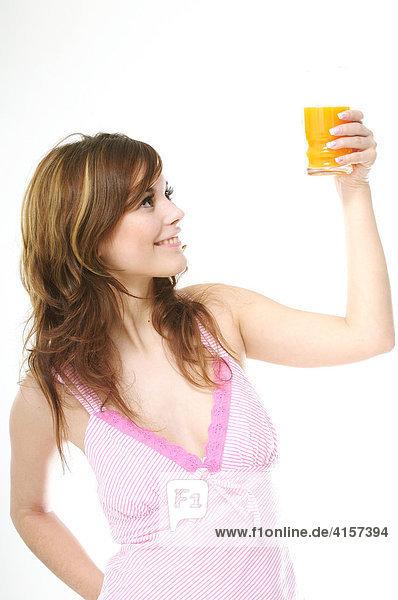 Junge Frau hält ein Glas Saft