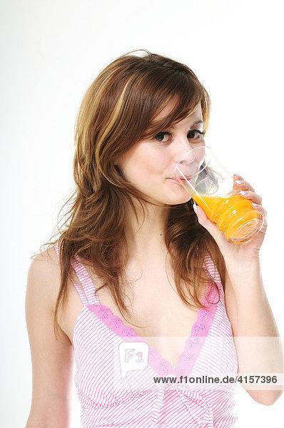 Junge Frau trinkt Saft
