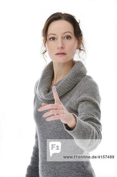 Frau mit grauem Pullover ermahnt (Freisteller)