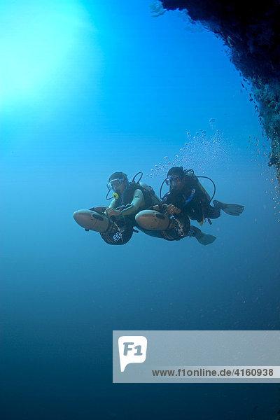 Taucher mit einem Unterwasser Scooter  Malediven