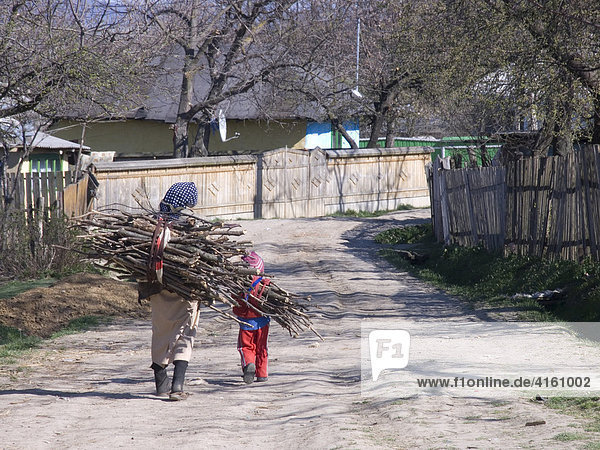 Kind und ältere Frau mit Reisig,  Gulia,  Rumänien