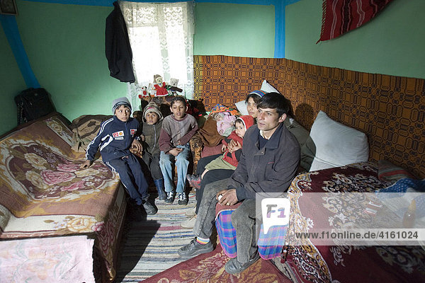 Arme Familie in ihrer Behausung  Gulia  Rumänien