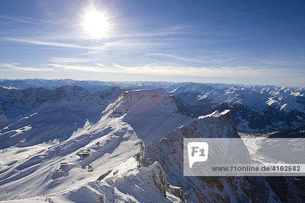 Skigebiet auf der Zugspitze mit dem Blick nach Ehrwald  Österreich  Europa