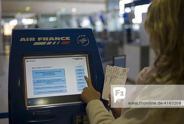 Air France Check-In-Automat  Ticket Schalter  Flughafen Paris-Charles de Gaulle  Paris  Frankreich  Europa