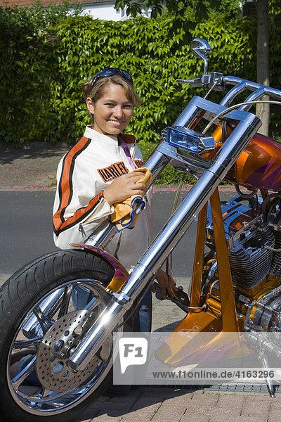 Frau putzt ein Motorrad