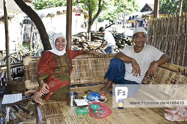 Moslemische Inhaber einer Produktionsstätte für Bambusmöbel  Insel Lombok  Kleine Sunda-Inseln  Indonesien