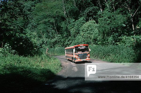 Landstraße mit Linienbus an Laguna de Arenal Costa Rica