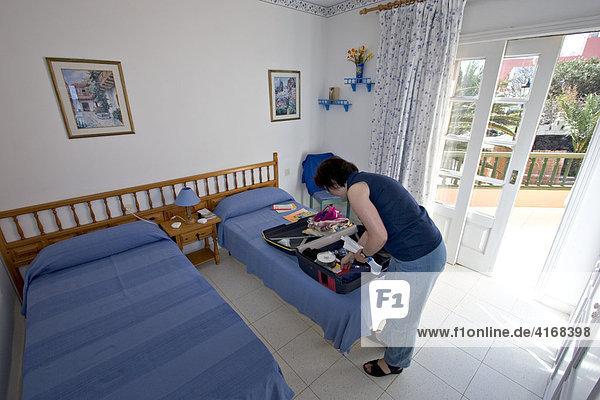 Frau packt Koffer aus - La Gomera Kanaren