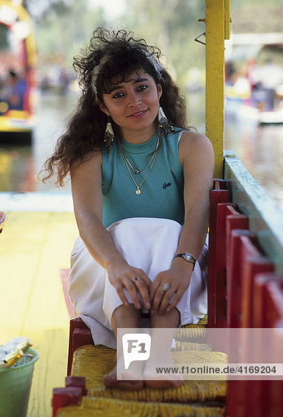 Mexico Mexiko-Stadt Xochimilco Schwimmende Gärten junge Mexikanerin in Ausflugsboot
