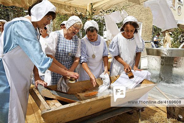 Nabburg   Waschfrauen mit Waschtrog am Mittelalter-Markt   Oberpfalz Bayern Deutschland