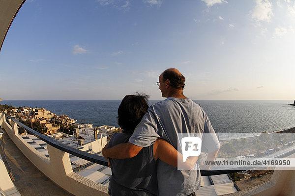 Paar auf Balkon von Apartmentanlage Big Blue über Mitrtos  Südkreta  Kreta  Griechenland