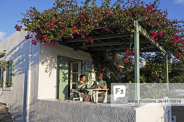 Paar beim Frühstücken in Appartmentanlage Glaros bei Palekastro  Ostkreta  Kreta  Griechenland