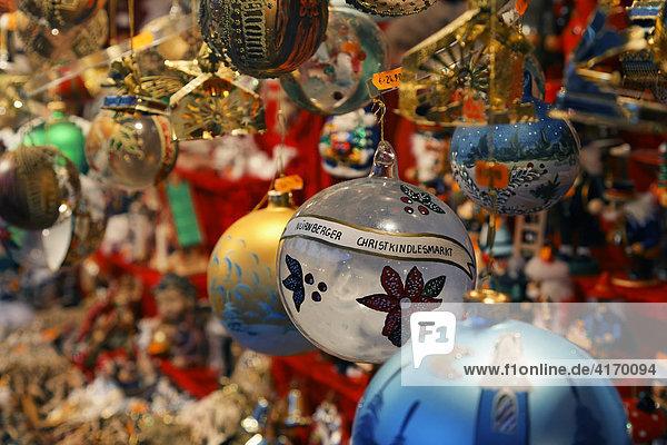 Christbaumkugeln  Nürnberger Christkindlesmarkt  Christkindlmarkt am Hauptmarkt  Nürnberg  Mittelfranken  Bayern Christbaumkugeln, Nürnberger Christkindlesmarkt, Christkindlmarkt am Hauptmarkt, Nürnberg, Mittelfranken, Bayern