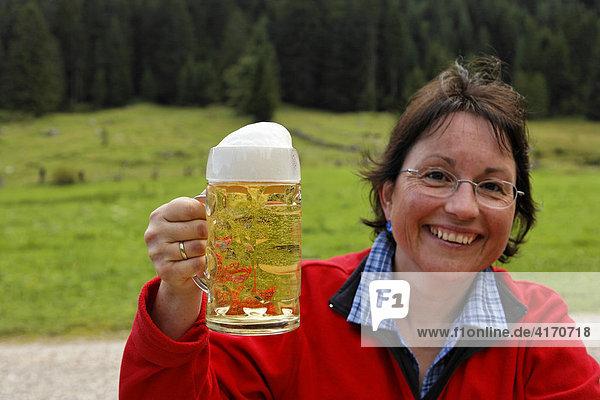 Frau mit Bierglas  Längental-Alm  Lenggries  Oberbayern