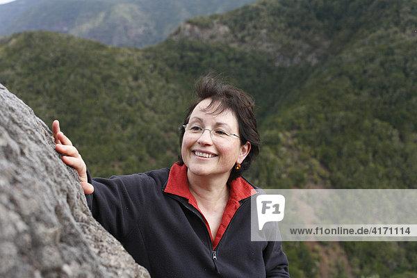Frau berührt Fels  Nationalpark Garajonay  La Gomera  Kanaren  Spanien Garajonay Nationalpark