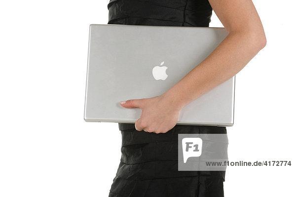 Junge Frau mit Apple Notebook