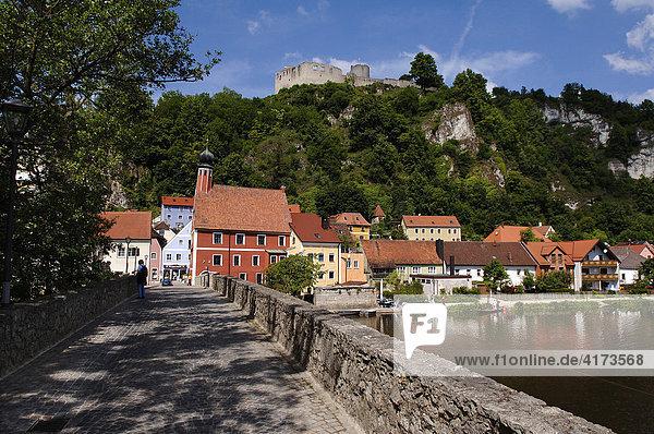 Blick von der Brücke auf die Ruine Kallmünz  Oberpfalz  Bayern  Deutschland  Europa