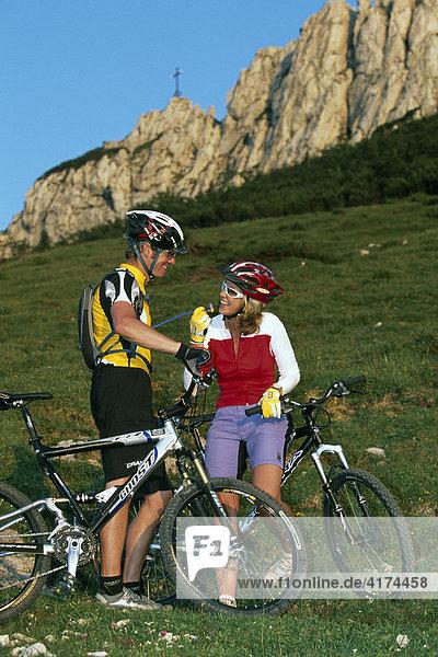 Zwei Mountainbiker  Kampenwand  Chiemgau  Bayern  Deutschland