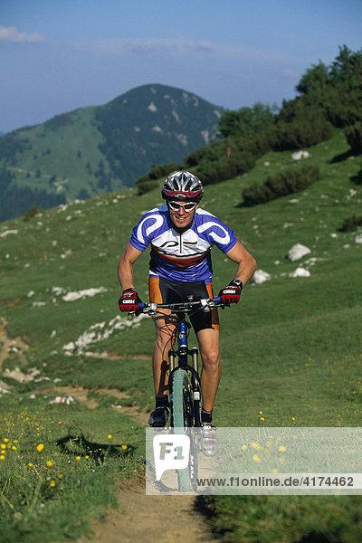 Mountainbiker  Kampenwand  Chiemgauer Alpen  Bayern  Deutschland
