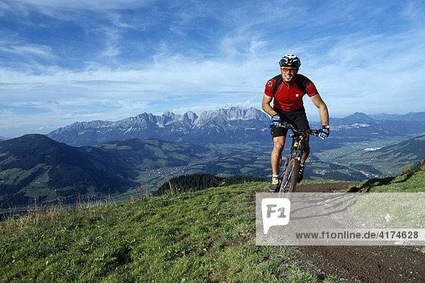 Radfahrer  Kirchberg  Kitzbüheler Alpen  Wilder Kaiser  Tirol  Österreich