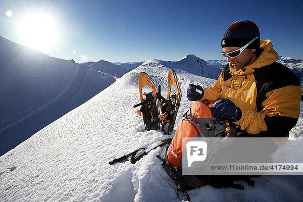 Schneeschuh  Wanderung  Rast machen auf dem Weisshorn  Arosa  Graubünden  Schweiz