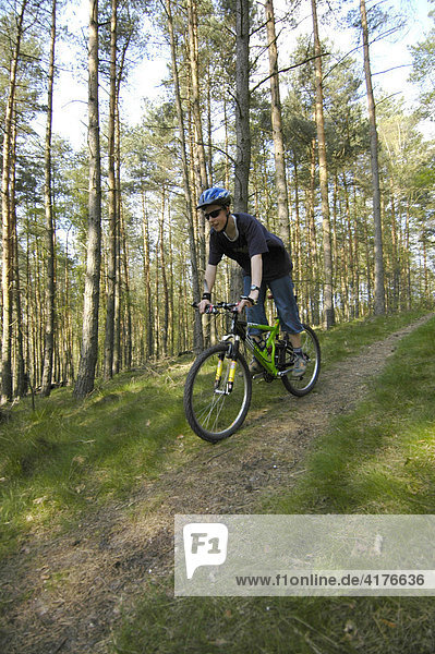 Junge fährt mountain bike