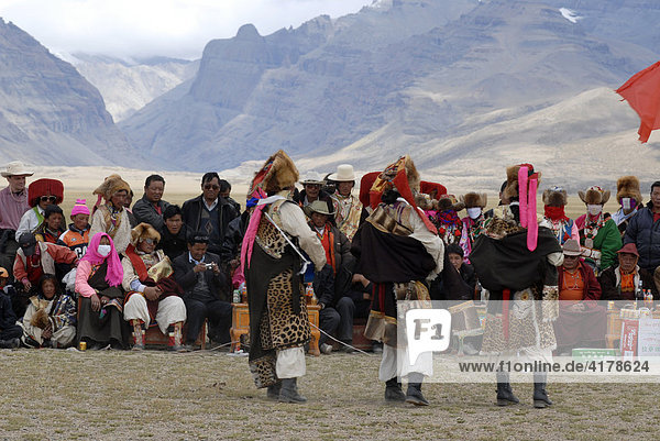 Nomaden in farbenfroher Tracht beim Nomadenfest am Mount Kailash  Provinz Ngari  Tibet  China