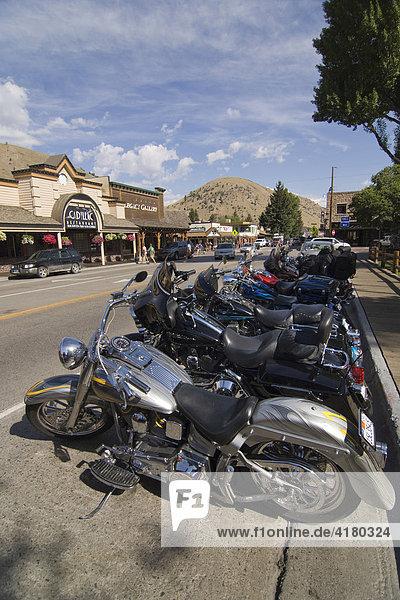 Harley Davidson Motorräder stehen geparkt in Jackson  Wyoming  Vereinigte Staaten von Amerika