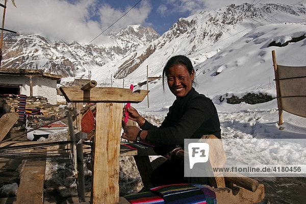 Näherin im Pilgerort Muktinath in Nepal  Asien