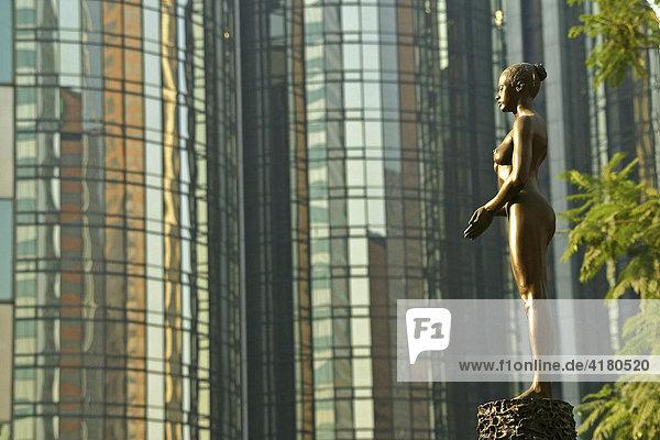 Statue vor dem Glas eines Wolkenkratzers Los Angeles Kalifornien Vereinigte Staaten von Amerika USA