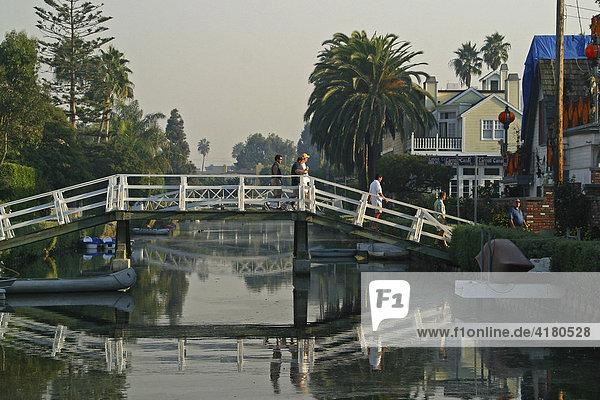 Viel Wasser  Brücken und Kanäle im amerikanischem Venice Beach Los Angeles Kalifornien Vereinigte Staaten von Amerika USA