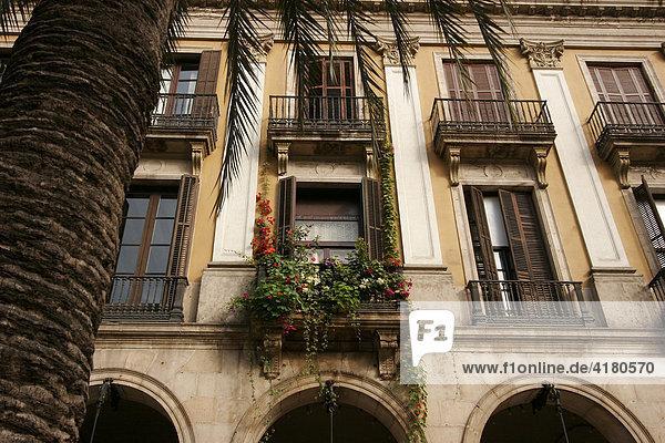 Fassade am Platz Placa Reial Barcelona  Katalonien  Spanien
