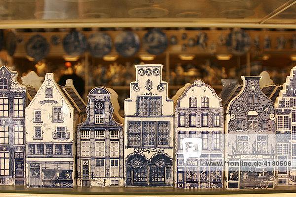 Typische holländische Wohnhäuser als Souvenirs aus Delfts Blauw  dem handbemalten Delfter Porzellan in einem Andenkenladen in Delft   Niederlande